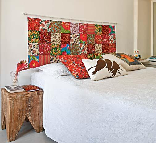cabeceira cama box usando varao de cortinha e tecido patchwork colorido