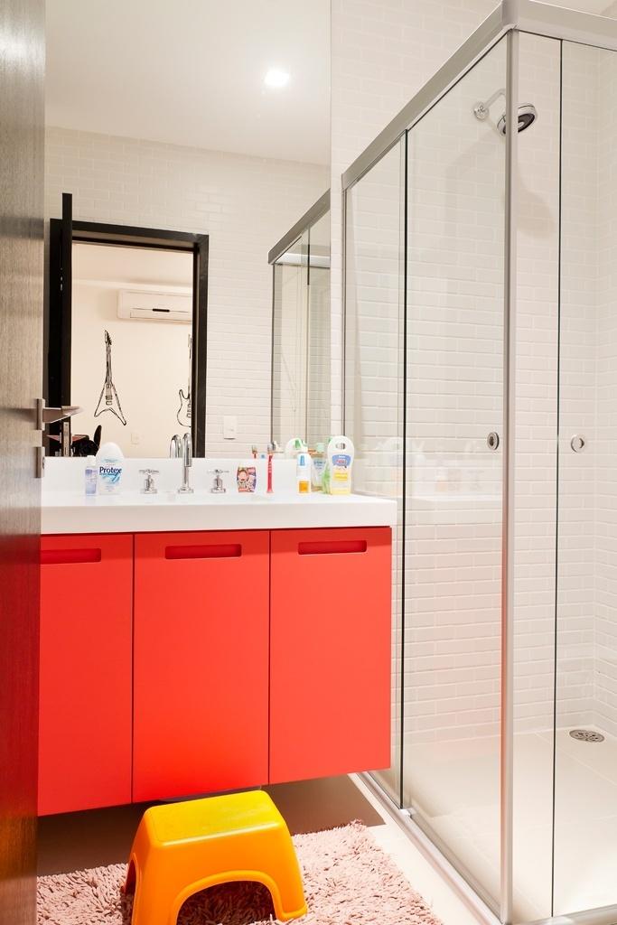 bem-ao-gosto-das-criancas-o-banheiro-dos-filhos-recebeu-colorido-vibrante-com-o-gabinete-em-laminado-vermelho-e-um-banquinho-amarelo-a-casa-urbana-foi-projetada-pela-arquiteta-paula-1378499804537_683x1024