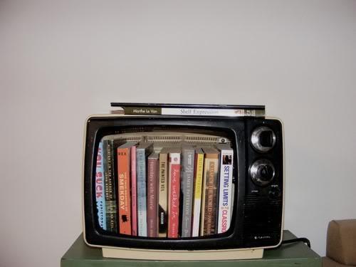 TV-antiga-em-uma-estante-de-livros